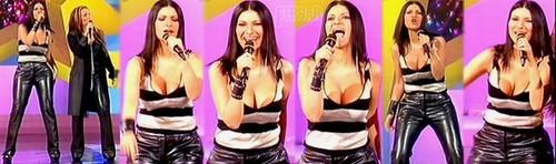 Laura Pausini Video Con Escotazo Brutal Actuación A Duo Con Helene Segara